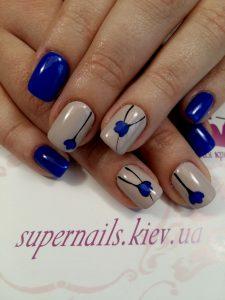 синие цветы на ногтях